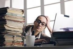 Σκληρή εργαζόμενη γυναίκα με τα αρχεία γραφείων στοκ εικόνες
