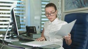 Σκληρή εργαζόμενη επιχειρηματίας με το lap-top και τη γραφική εργασία Στοκ Εικόνες