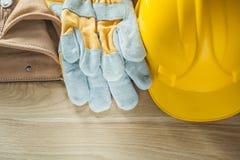 Σκληρή ζώνη εργαλείων δέρματος γαντιών ασφάλειας καπέλων στον ξύλινο πίνακα Στοκ Εικόνες