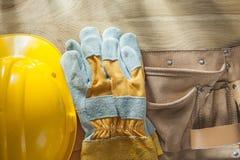 Σκληρή ζώνη κατασκευής δέρματος γαντιών ασφάλειας καπέλων στον ξύλινο πίνακα Στοκ φωτογραφία με δικαίωμα ελεύθερης χρήσης