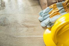 Σκληρή ζώνη κατασκευής δέρματος γαντιών καπέλων προστατευτική στο ξύλινο β Στοκ Εικόνα
