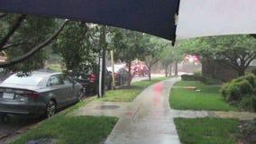 Σκληροί βροχή και περίπατος στη γειτονιά απόθεμα βίντεο