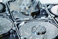 Σκληροί δίσκοι κεντρικών υπολογιστών, φωτισμένη οπτική ίνα με τα θολωμένα φω'τα Στοκ Φωτογραφία