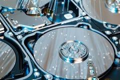 Σκληροί δίσκοι κεντρικών υπολογιστών, φωτισμένη οπτική ίνα με τα θολωμένα φω'τα Στοκ εικόνα με δικαίωμα ελεύθερης χρήσης