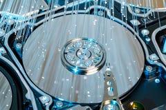 Σκληροί δίσκοι κεντρικών υπολογιστών, φωτισμένη οπτική ίνα με τα θολωμένα φω'τα Στοκ Εικόνα