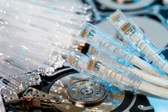 Σκληροί δίσκοι κεντρικών υπολογιστών, φωτισμένη οπτική ίνα με τα θολωμένα φω'τα Στοκ φωτογραφίες με δικαίωμα ελεύθερης χρήσης