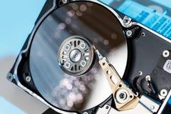 Σκληροί δίσκοι κεντρικών υπολογιστών, φωτισμένη οπτική ίνα με τα θολωμένα φω'τα Στοκ φωτογραφία με δικαίωμα ελεύθερης χρήσης