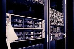 Σκληροί δίσκοι ραφιών κεντρικών υπολογιστών δικτύων Στοκ φωτογραφία με δικαίωμα ελεύθερης χρήσης