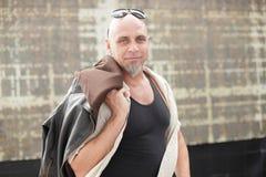 Σκληρός άνδρας με το σακάκι πέρα από τον ώμο Στοκ Εικόνα
