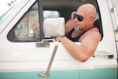 Σκληρός άνδρας που οδηγεί ένα truck Στοκ Εικόνες