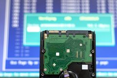 Σκληρός δίσκος από τη σειρά στον εξοπλισμό σύννεφων κεντρικών υπολογιστών επαλήθευση και επισκευή των πληροφοριών στοιχείων στοιχ στοκ φωτογραφία