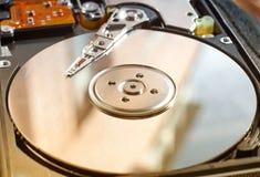 Σκληρός δίσκος υπολογιστών με το κεφάλι ανάγνωσης στοκ εικόνες με δικαίωμα ελεύθερης χρήσης