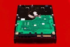 Σκληρός δίσκος υπολογιστών, μπροστινή άποψη, σε ένα κόκκινο υπόβαθρο Στοκ φωτογραφία με δικαίωμα ελεύθερης χρήσης