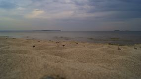 Σκληρός καιρός στην αμμώδη παραλία στοκ εικόνες με δικαίωμα ελεύθερης χρήσης