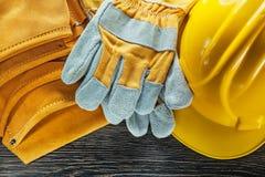 Σκληρό ζευγάρι καπέλων ζωνών εργαλείων δέρματος των γαντιών ασφάλειας στον ξύλινο πίνακα Στοκ φωτογραφία με δικαίωμα ελεύθερης χρήσης