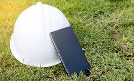Σκληρό καπέλο και έξυπνο τηλέφωνο Στοκ φωτογραφίες με δικαίωμα ελεύθερης χρήσης
