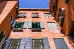 Σκοινιά για άπλωμα που τεντώνονται μεταξύ των σπιτιών στην Ιταλία στοκ εικόνα με δικαίωμα ελεύθερης χρήσης