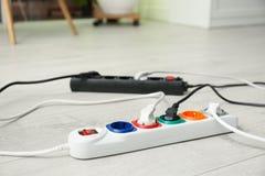 Σκοινιά επέκτασης στο πάτωμα στο εσωτερικό Επαγγελματικός εξοπλισμός ηλεκτρολόγου στοκ εικόνα