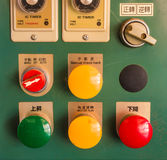 Σκονισμένος βιομηχανικός κόκκινος πράσινος κίτρινος ελεγκτής κουμπιών Στοκ φωτογραφίες με δικαίωμα ελεύθερης χρήσης
