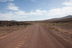 Σκονισμένος δρόμος μέσω της ερήμου στοκ εικόνες