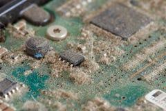 Σκονισμένος πίνακας κυκλωμάτων από τους σκληρούς δίσκους - σειρά μερών υπολογιστών στοκ φωτογραφίες
