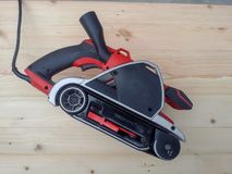 Σκονισμένο ηλεκτρικό sander στοκ φωτογραφίες με δικαίωμα ελεύθερης χρήσης