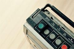 Σκονισμένο παλαιό ραδιόφωνο με έναν φορέα κασετών Στοκ Εικόνα