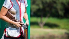 Σκοπευτές αργίλου που ξαναφορτώνουν το κυνηγετικό όπλο Στοκ Εικόνες
