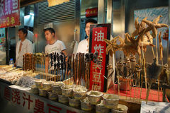 Σκορπιοί και άλλα ζωύφια στους στάβλους αγοράς της αγοράς νύχτας Wangfujing Στοκ Φωτογραφία