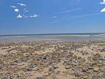 Σκορπισμένα βράχος φρεάτια Μαίην παλίρροιας παραλιών χαμηλά Στοκ εικόνα με δικαίωμα ελεύθερης χρήσης
