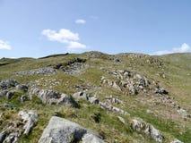 Σκορπισμένη βράχος βουνοπλαγιά την ηλιόλουστη ημέρα Στοκ εικόνα με δικαίωμα ελεύθερης χρήσης