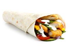 Σκορπισμένο τηγανισμένο tortilla κοτόπουλου και σαλάτας περικάλυμμα με την άσπρη σάλτσα ι Στοκ φωτογραφίες με δικαίωμα ελεύθερης χρήσης