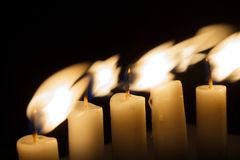 σκοτάδι πέντε κεριών Στοκ Φωτογραφία