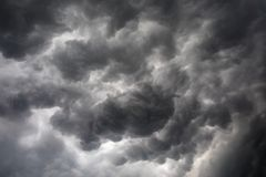 Σκοτεινά ή μαύρα σύννεφα στον ουρανό πριν από τη βροχή θύελλας στοκ εικόνες