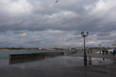 Σκοτεινά θυελλώδη σύννεφα και αναμμένη θάλασσα Σεβαστούπολη Στοκ Εικόνες