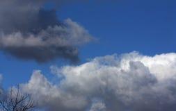 Σκοτεινά, θλιβερά και ελαφριά χνουδωτά σύννεφα άνοιξη Στοκ εικόνα με δικαίωμα ελεύθερης χρήσης