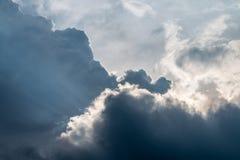Σκοτεινά και θυελλώδη σύννεφα Στοκ Φωτογραφία