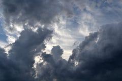 Σκοτεινά και σαφή σύννεφα: συναισθήματα και φύση Στοκ Εικόνα