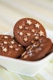 Σκοτεινά μπισκότα σοκολάτας διακοπών Χριστουγέννων με τα άσπρα αστέρια Στοκ εικόνες με δικαίωμα ελεύθερης χρήσης