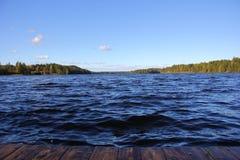 Σκοτεινά νερό και κύματα μιας βαθιάς λίμνης στοκ εικόνες