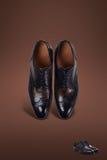 Σκοτεινά παπούτσια σουέτ ατόμων Στοκ φωτογραφία με δικαίωμα ελεύθερης χρήσης