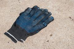 Σκοτεινά προστατευτικά γάντια υφάσματος με τις λαστιχένιες ολισθήσεις Στοκ Φωτογραφία