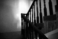 Σκοτεινά σκαλοπάτια μια γωνία σκαλών Στοκ φωτογραφία με δικαίωμα ελεύθερης χρήσης