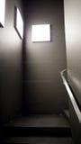 Σκοτεινά σκαλοπάτια αναμμένα από το κενό lightboxes Στοκ φωτογραφία με δικαίωμα ελεύθερης χρήσης