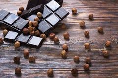 Σκοτεινά σοκολάτα και καρύδια Στοκ Φωτογραφίες
