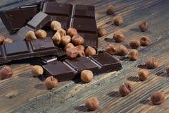 Σκοτεινά σοκολάτα και καρύδια Στοκ Εικόνες