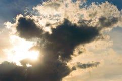 Σκοτεινά σύννεφα γουρνών ήλιων φρενάροντας Στοκ Εικόνες