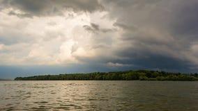 Σκοτεινά σύννεφα θύελλας με το υπόβαθρο Σκοτεινά σύννεφα πριν από thunder-storm στην όχθη ποταμού Δούναβη Στοκ Εικόνες