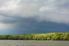 Σκοτεινά σύννεφα θύελλας με το υπόβαθρο Σκοτεινά σύννεφα πριν από thunder-storm στην όχθη ποταμού Δούναβη Στοκ φωτογραφία με δικαίωμα ελεύθερης χρήσης