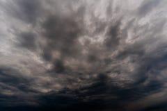 σκοτεινά σύννεφα θύελλας με το υπόβαθρο, σκοτεινά σύννεφα πριν από thunder-storm Στοκ εικόνα με δικαίωμα ελεύθερης χρήσης